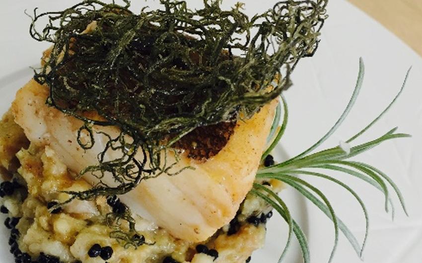 Bacalhau escalfado em caldo de pato e laranja, migas de algas com erva-caril
