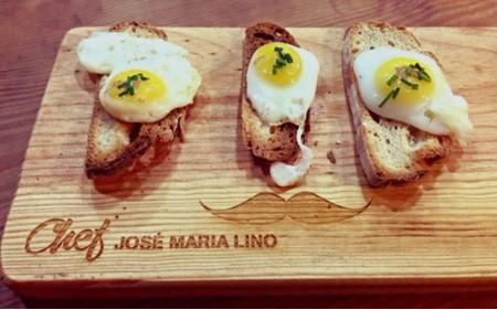 Ovos de codorniz com azeite de trufa e flor de sal fumada, em tosta de broa de milho