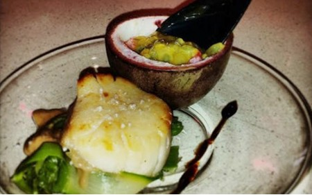 Vieira caramelizada com Flor de Sal Natura, salada de espargos verdes e maracujá roxo